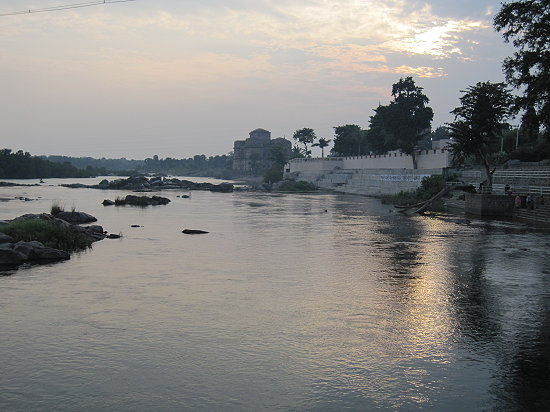 Sonnenuntergang-am-Fluss-in-Orchha